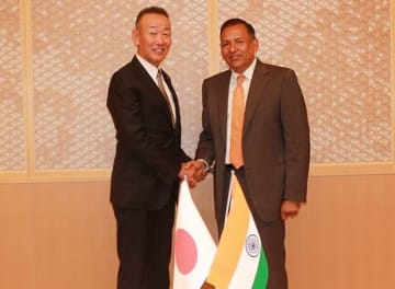 Aichi Steel Corp. President Takahiro Fujioka(L) and Sachit Jain, Vice-Chairman & Managing Director of Vardhman Special Steels Ltd., shake hands at a signing ceremony held on Tuesday in Aichi Prefecture. (Photo courtesy of Aichi Steel)
