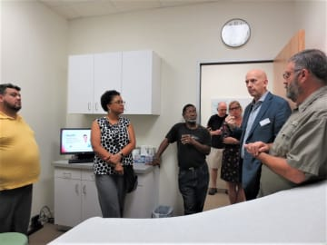 「LGBTQヘルスクリニック}が行った施設見学会で、LGBTQの医療ニーズや健康管理の重要性について訴えるボスクル医師(右から二人目)