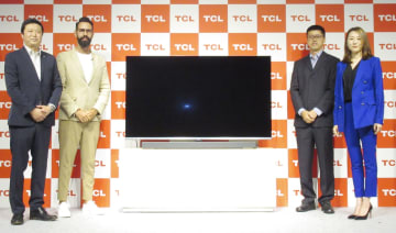 「スマートテレビ」の日本での発売を発表したTCL日本法人トップの李炬氏ら(左端)ら=29日午後、東京都中央区