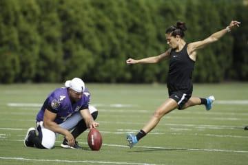 20日、イーグルスとレーベンズの合同練習でFGを蹴るサッカー女子米国代表カーリ・ロイド=フィラデルフィア(AP=共同)