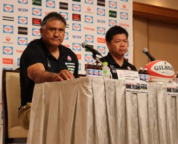 厳しい表情で最終登録メンバー発表会見に臨んだジェーミー・ジョセフHC(左)と、男子15人制日本代表強化委員長の藤井雄一郎氏