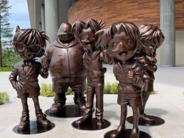 新社屋「10plaza」に設置されたアニメ「名探偵コナン」の銅像
