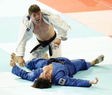 男子90キロ級決勝 オランダのノエル・ファントエント(上)に敗れた向翔一郎=日本武道館