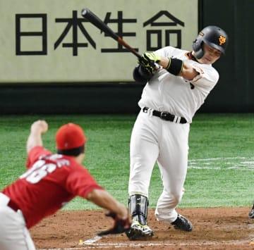 3回巨人2死、丸が中越えに満塁本塁打を放つ。投手塹江=東京ドーム