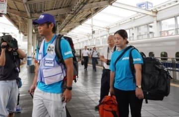 新幹線で出発する山田さん(左)と橋本さん