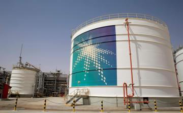 サウジアラビア南東部・シェイバ油田にあるサウジアラムコの石油貯蔵施設=2018年5月(ロイター=共同)