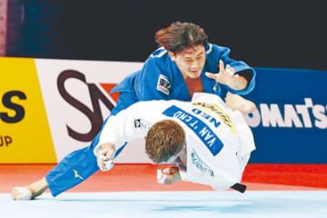 男子90キロ級決勝 オランダのノエル・ファントエント(下)を攻める向翔一郎=日本武道館