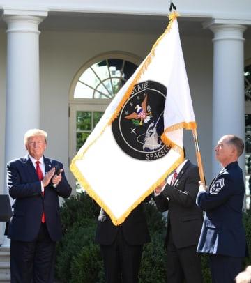 米ホワイトハウスで「宇宙軍」の発足式典に出席したトランプ大統領(左)=29日、ワシントン(UPI=共同)