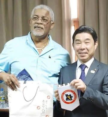 アンゴラ・ハンドボール連盟のペドロ・ゴディーニョ会長(左)と玉名市の蔵原隆浩市長=7月、アンゴラ首都ルアンダ(玉名市提供)