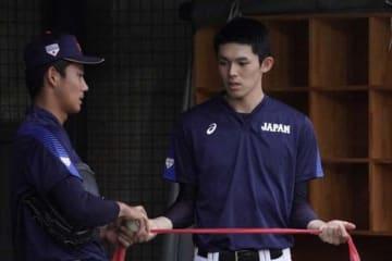 別メニューで調整を行った侍ジャパンU-18代表の星稜・奥川恭伸(左)と大船渡・佐々木朗希【写真:荒川祐史】