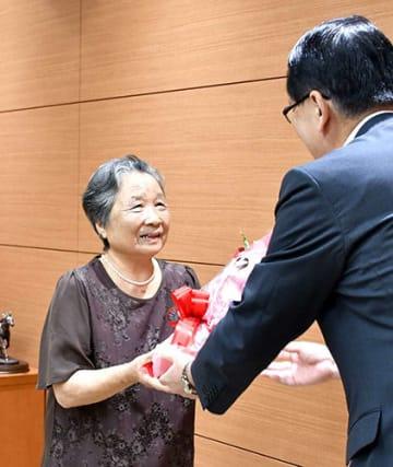飛島で半世紀にわたり「西村食堂」を営んできた西村静子さんに感謝状と花束が贈られた=酒田市役所