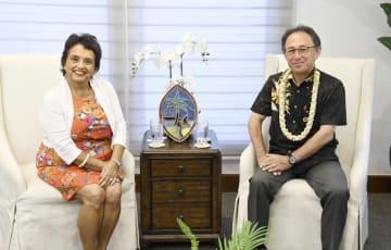 30日、米領グアムで面会した沖縄県の玉城デニー知事(右)とグアムのレオンゲレロ知事(共同)