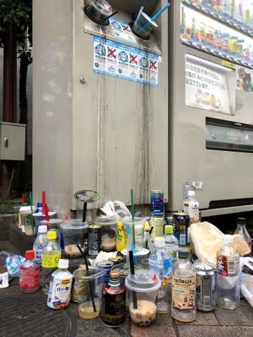 タピオカ容器に投入口をふさがれたごみ箱。周囲にはタピオカの食べ残しのあるカップやペットボトルが散乱していた(京都市中京区・新京極公園)