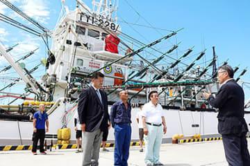 セレモニーで村椿市長(右)から激励を受ける中島代表(手前左)と乗組員ら=魚津港