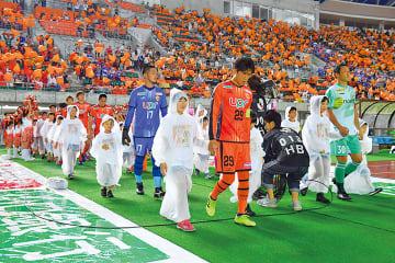 ▲選手入場時に橙色に染まる会場
