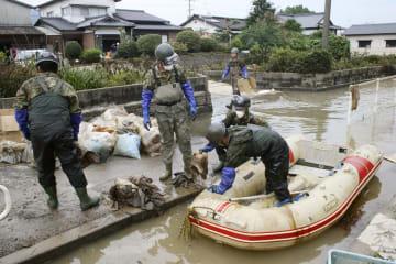 佐賀県大町町で油の除去作業をする自衛隊員=30日午後