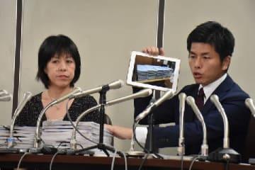 集まった署名の写真を紹介する松永さん(右)。会見には2万人分の署名を持参した(2019年8月30日、弁護士ドットコム、東京都)