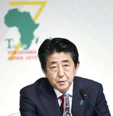 第7回「アフリカ開発会議」の閉幕を受け記者会見する安倍首相=30日午後、横浜市