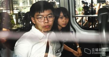 Joshua Wong and Agnes Chow in a police van to the court. Photo: Stand News.