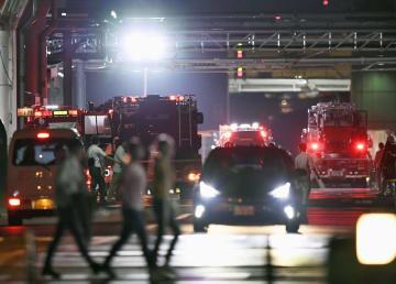 建物8階に煙が充満し、消防車が集まったトヨタ自動車本社の敷地内=30日午後7時8分、愛知県豊田市