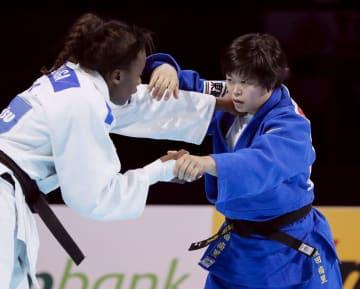 女子78キロ級決勝 フランスのマドレーヌ・マロンガ(左)と対戦する浜田尚里=日本武道館
