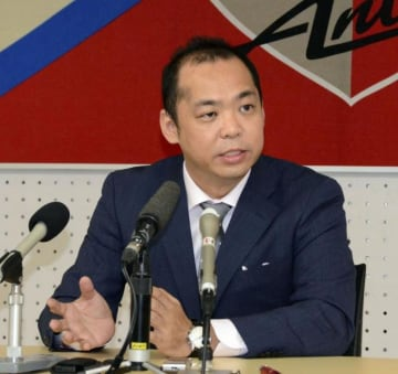 J1鹿島の新社長に就任し、記者会見する小泉文明氏=30日、鹿嶋市