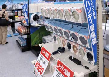 今夏に大ヒットした携帯用の小型扇風機が並ぶ売り場(京都市下京区・ヨドバシカメラマルチメディア京都)