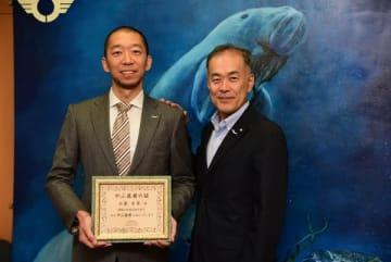 【やぶ医者大賞を受賞した神島診療所の小泉医師(左)と中村市長=鳥羽市役所で】