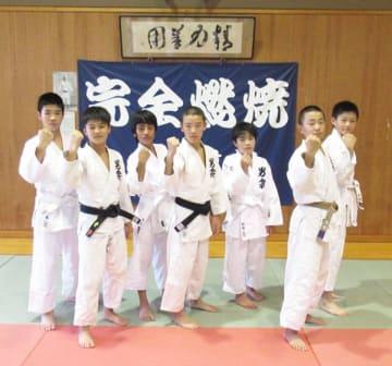 新井千鶴選手を目標にしている後輩の男衾中学校の柔道部員たち=30日午後、寄居町