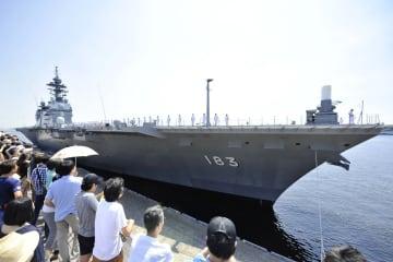 護衛艦「いずも」=2018年6月3日、横浜港