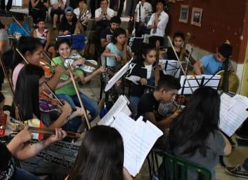 廃材を使って作った楽器で演奏するカテウラリサイクル楽団のメンバー=アスンシオン市のカテウラ音楽学校