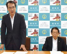 第3回定例会に提案する議案などを発表した伊藤副市長(左)