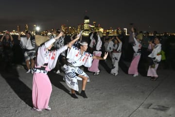 ニューヨークのガバナーズ島で「阿波おどり」を踊る人たち=8月30日(共同)