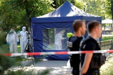 8月23日、ドイツの首都ベルリン中心部で男性が射殺された現場を調べる警察官ら(ロイター=共同)