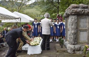 ドイツ兵の慰霊碑建設から100年を迎え、ドイツ村公園で行われた献花式=31日、徳島県鳴門市
