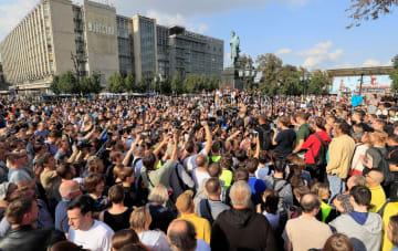 8月31日、ロシア・モスクワで抗議する人々(ロイター=共同)