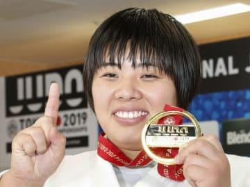 女子78キロ超級で優勝し、金メダルを手に笑顔の素根輝=日本武道館の中道場
