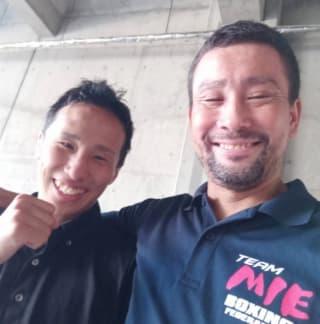 大物・高山に勝利して嬉しそうな宇津とセコンドの片山太一郎監督