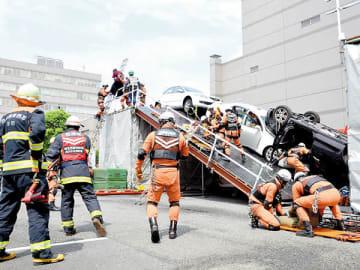 地震により和光陸橋が崩落し、巻き込まれた車両内の人を救出する高架橋崩落事故救出訓練=31日、和光市役所駐車場