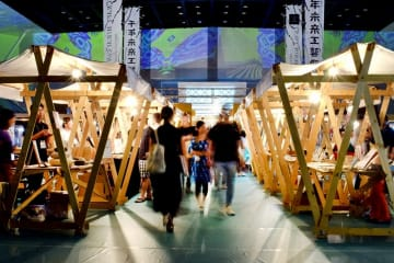 夜市をイメージした空間に伝統工芸などのブースが並んだ千年未来工藝祭=8月31日、福井県の越前市AW―Iスポーツアリーナ