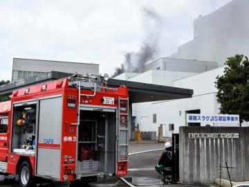 黒煙を上げる廃棄物処理施設=31日午前11時36分、多治見市三の倉町猪場、市三の倉センター