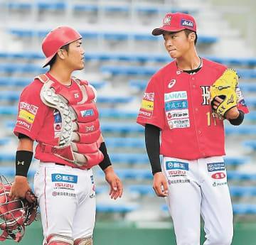 【福島レッドホープス―栃木】1回、1死満塁のピンチで鈴木(右)に声を掛ける捕手森口