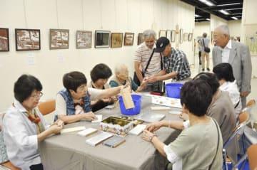 【根付け作り体験をする参加者ら=四日市市安島の市文化会館で】