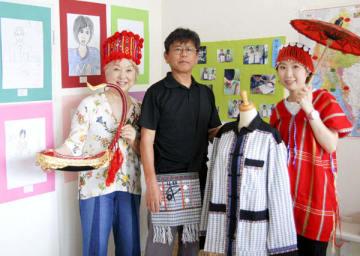【「ミャンマーの子どもたち展」を開く寺村代表(中央)=亀山市東町の「ギャラリーKUSUKUSU」で】