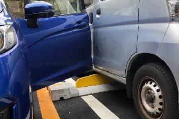 ドアが隣の車にパンチ(接触)! 画像はイメージです