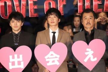 映画「劇場版おっさんずラブ ~LOVE or DEAD~」の初日舞台あいさつに登場した(左から)林遣都さん、田中圭さん、吉田鋼太郎さん