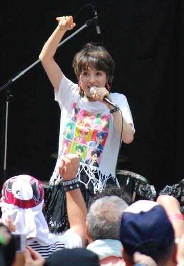 代表曲「ダンシング・ヒーロー」を熱唱する荻野目さん
