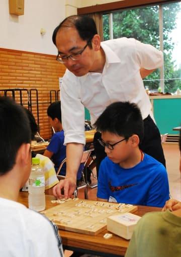 将棋教室で木村プロから教わる参加者=30日、四街道市