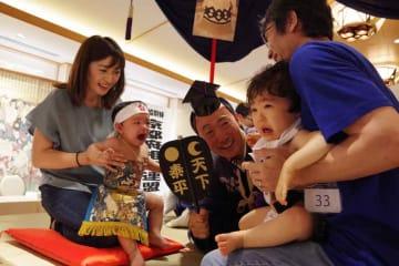 向かい合って元気な泣き声を上げる赤ちゃん(たち(京都市上京区・北野天満宮)