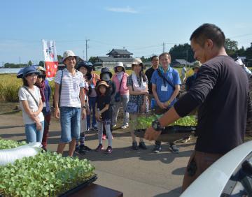 小林大輔さん(右)から説明を聞く参加者ら=那珂市門部